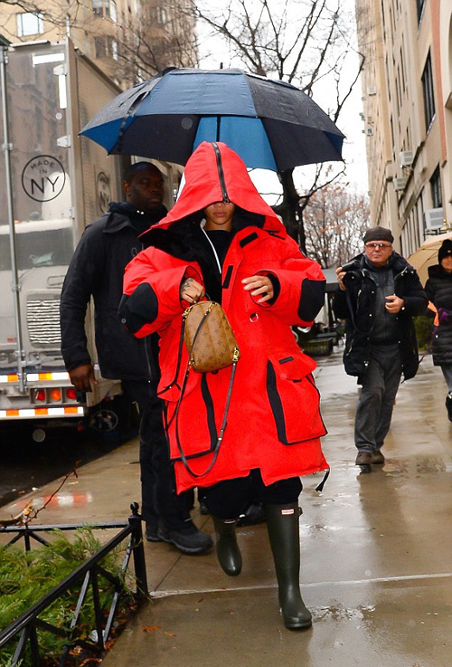 Rihanna-Vetements-coat-Hunter-Rain-boots-Louis-Vuitton-bag.jpg