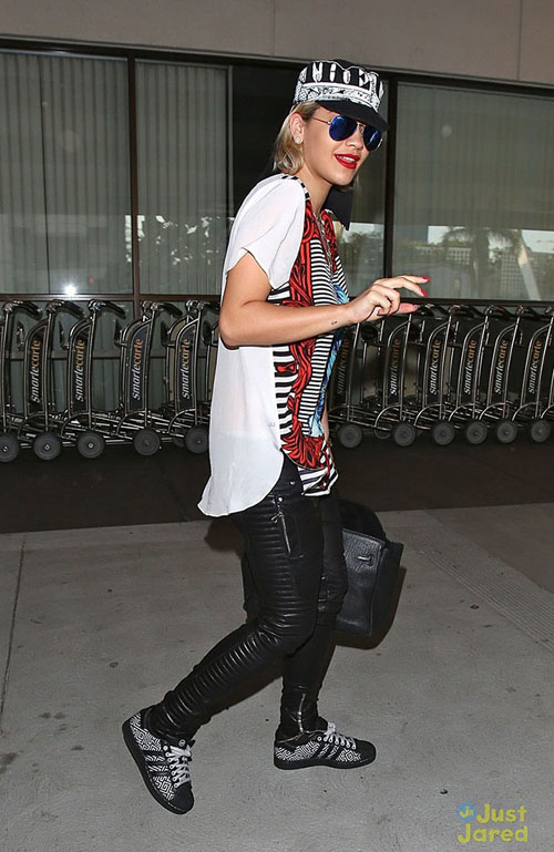 rita-ora-outfit-switch-at-lax-airport-30.jpg