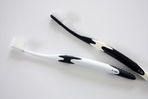 白黒モノトーンの歯ブラシ .jpg