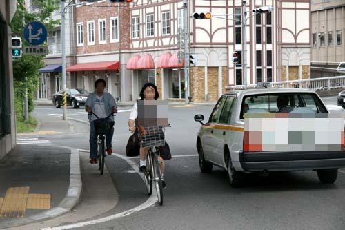 減らない自転車の右側通交駅前 ...