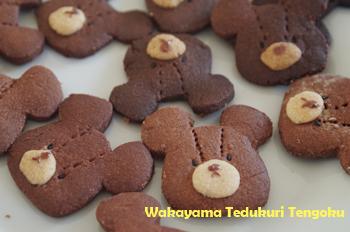 ココアクッキーで型抜きして、小さいプレーンクッキーをのせ、 楊枝で縫い目(テンテン模様)を書きました。