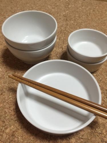 無印のこども食器です。 仕切り皿と合わせて使える磁器皿小は2枚ずつ、 あとは磁器碗と両手マグ、スプーン・フォーク。