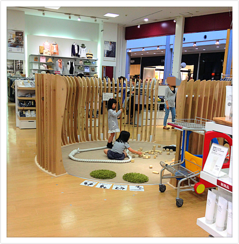 おもちゃ収納は、無印のスタッキングシェルフを使ってます☺ ぴったりハマるモジュールを組み合わせて、年齢に合わせた収納が作れて&長く使えるのが魅力♡  キッズ ...