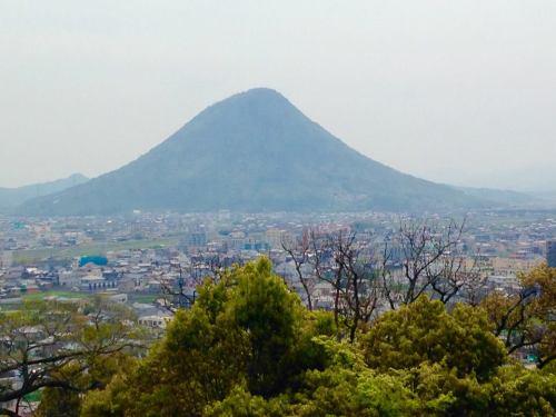 丸亀城より飯山を望む.jpg