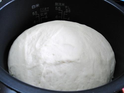 パンを炊飯器で発酵後.jpg