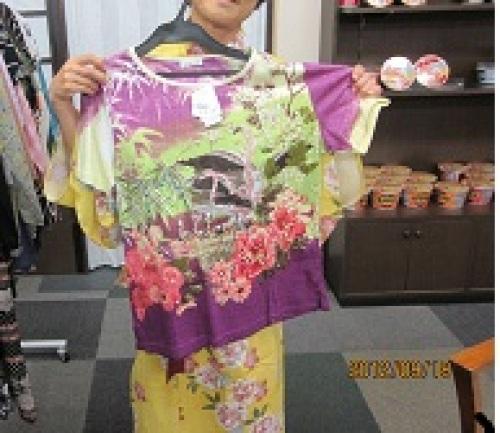 IMG_3194tシャツをあてるくうみん.jpg
