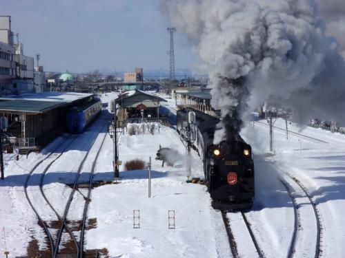 まずは釧路駅近くの跨線橋の上 ...