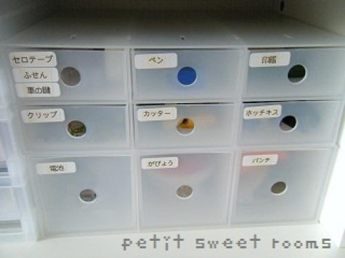 小物収納ボックス3段と6段をヨコ置きに使ってます。ラベルも貼って見やすく♪