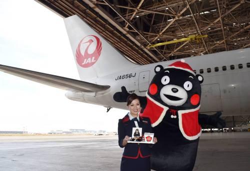 くまモンとJALのCAさん熊本地震復興支援.jpg