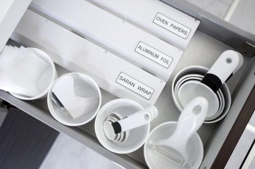 キッチン システムキッチン 引き出し 収納 : 白いキッチン収納とシンプル ...