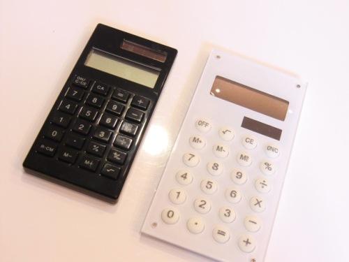 この電卓では、普通、右下に配置されていることの多い、 「+」「-」「=」が右上に配置されています。