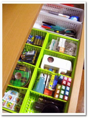 百均プラスチックケース(ダイソー)を利用した引き出しの収納画像 小物はかごで仕切る.jpg