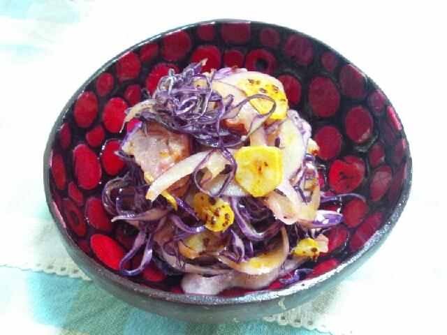フライドガーリックが決め手の紫のサラダ