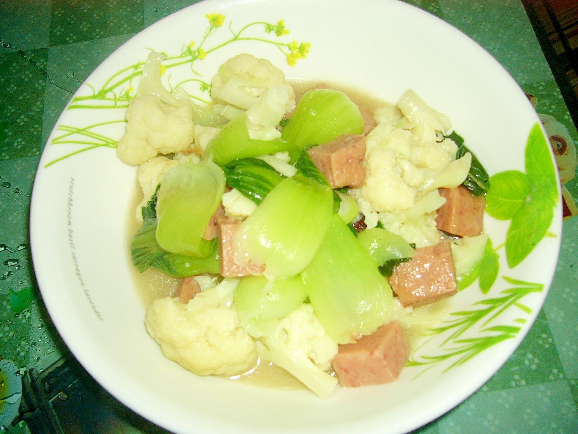 カリフラワー、青梗菜とスパムの煮込み