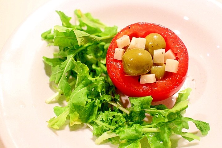 【簡単おもてなし】トマトカップ入りオリーブの前菜