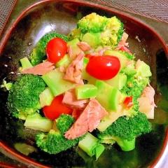 ツナとブロッコリーとトマトのペペロンチーノサラダ