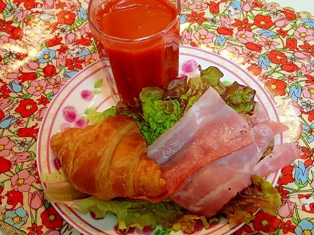 野菜ジュースとレンチンベーコンとクロワッサン