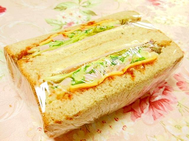 水菜ポテサラとハム&チェダーのサンドウィッチ
