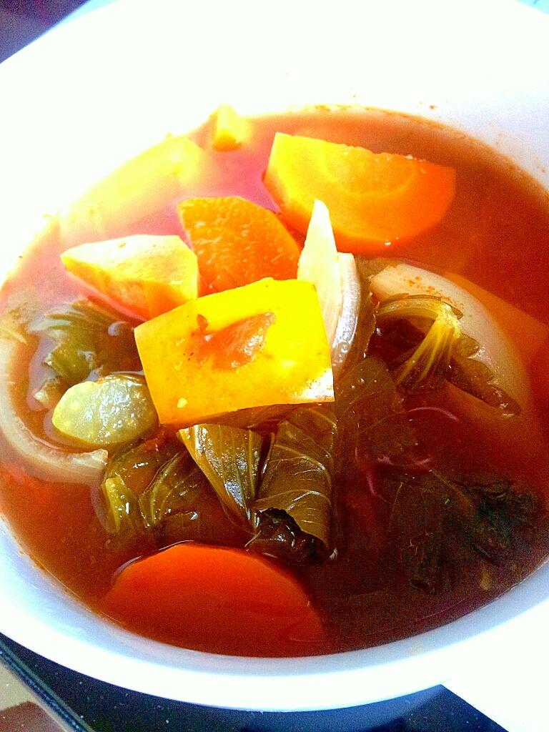 簡単デトックス!野菜たっぷりトマトスープ