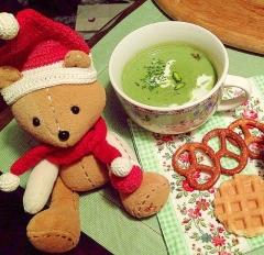ほうれん草パウダーでつぶコロ具入り豆乳スープ