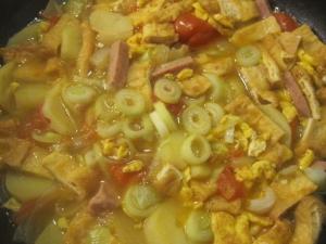 ジャガイモ、スパム、油揚げ、トマトの煮もの