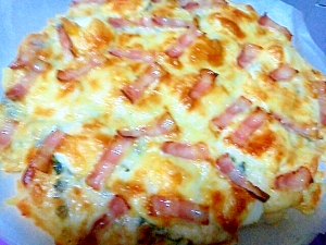 ベーコンとじゃがいもと卵のピザ