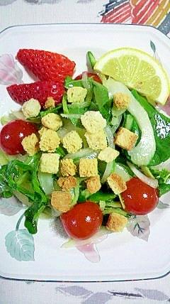 クルトンをかけて、美味しいルッコラのサラダ