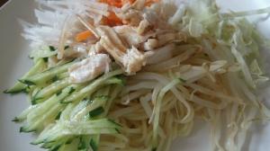 自家製タレで♪蒸し鶏とたっぷり野菜の冷やしまぜ麺