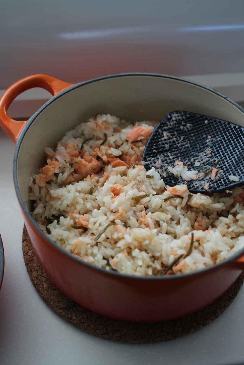 ルクルーゼで炊く 鮭と塩昆布のご飯