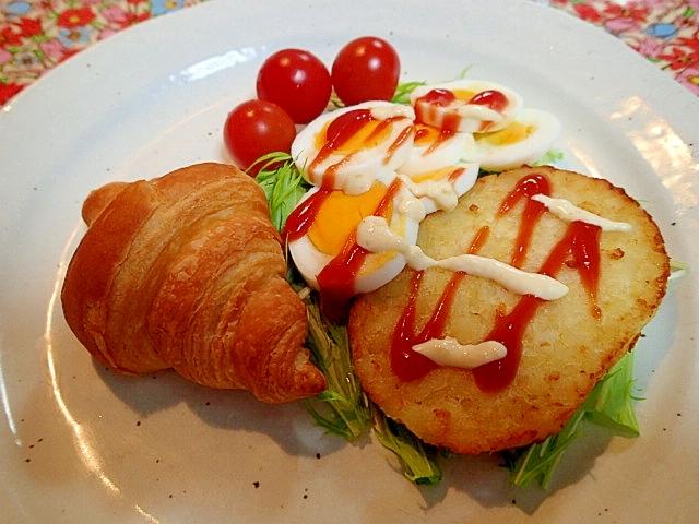 ハッシュポテトとゆで卵とクロワッサンのワンプレート