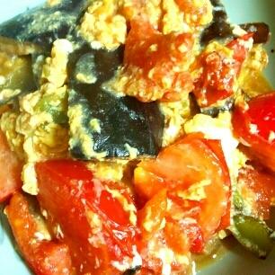 米なすとトマトとピーマンの甘酢炒めの卵とじ♪