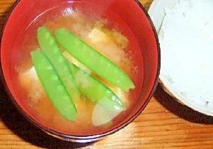 絹さやと絹ごし豆腐の爽やかお味噌汁