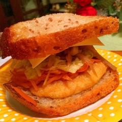 千切り野菜ぎっしり!お揚げとチーズの盛り盛りサンド