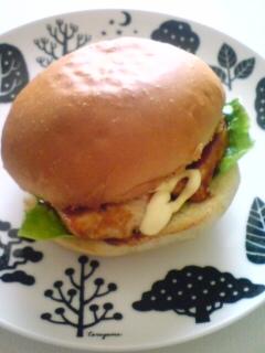 BBQソースの鶏ムネ肉バーガー