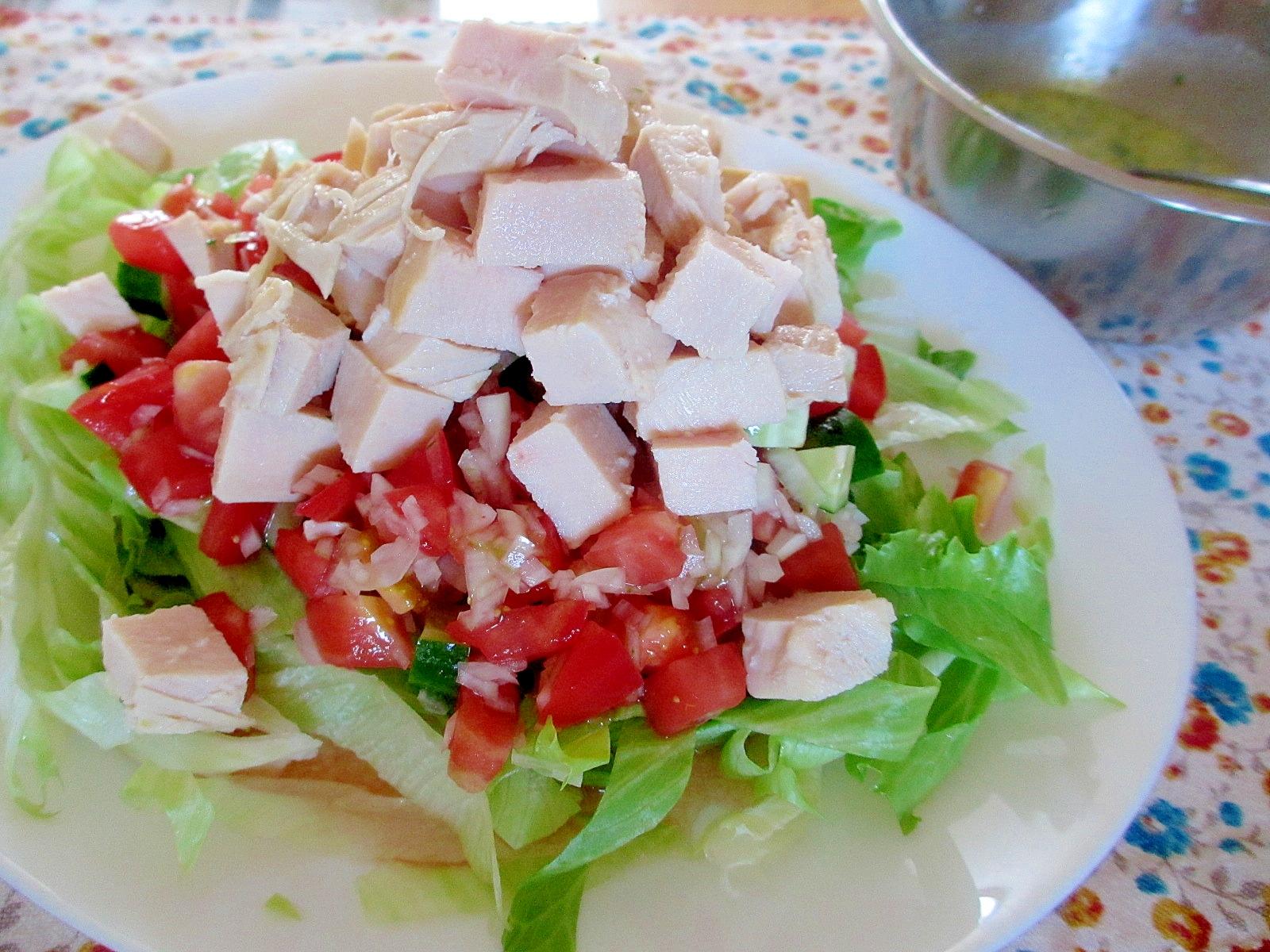 鶏ハム、キュウリ、トマトのわさびドレッシングサラダ