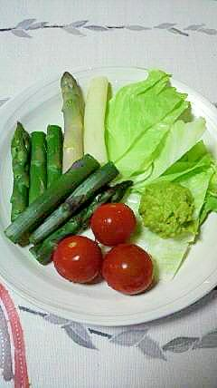 アボガドソースつき、3色アスパラのサラダ