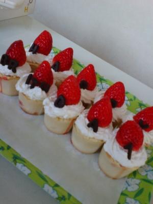 大きな苺の誕生日カップケーキ