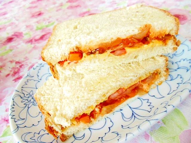 ボロネーゼとトマトとチェダーのHOT・サンド