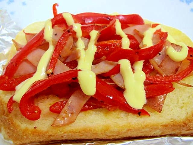 赤ピーマンとハムのトースト