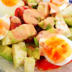オーロラドレッシングのアボカドとトマトのサラダ