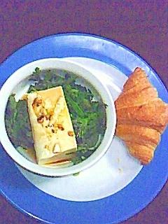 クロワッサンと豆腐と菊菜のサラダ