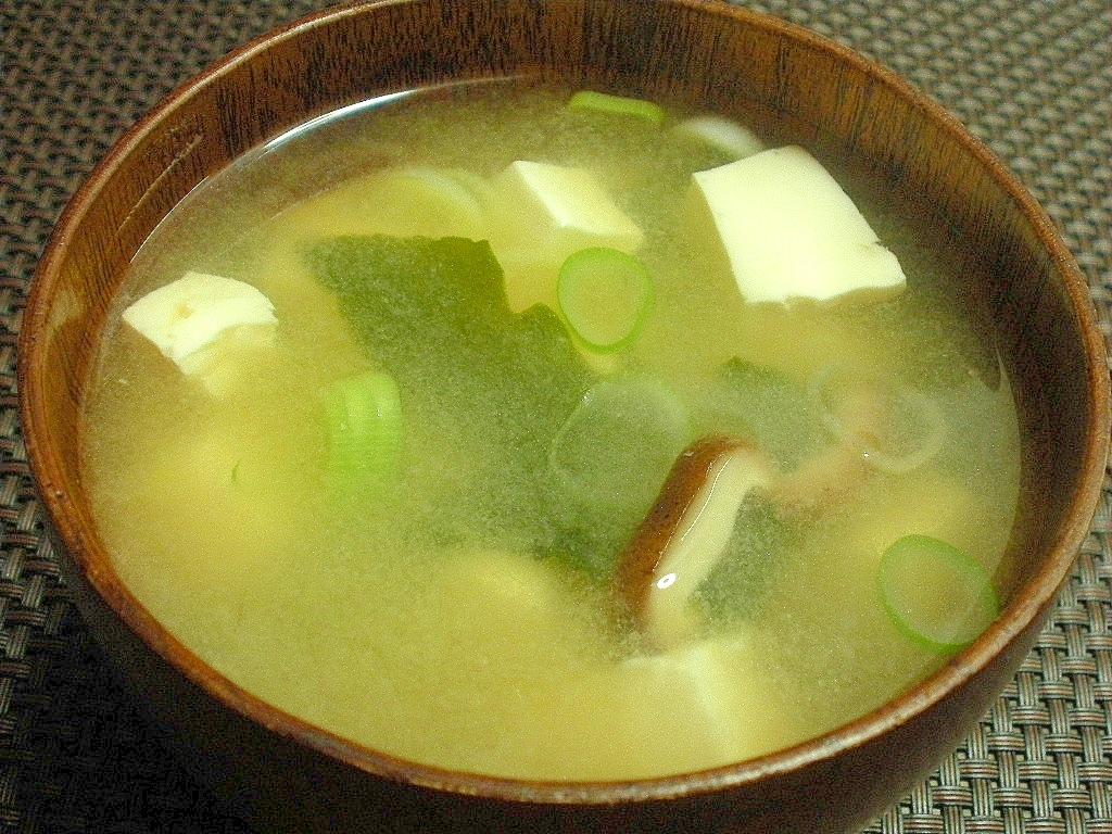 お夜食に!しいたけとわかめと豆腐のおみそ汁♪