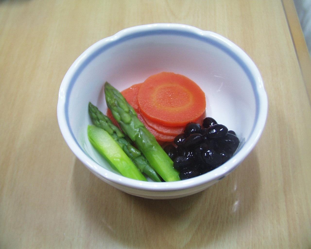 アスパラガス、にんじん、黒豆の添え物