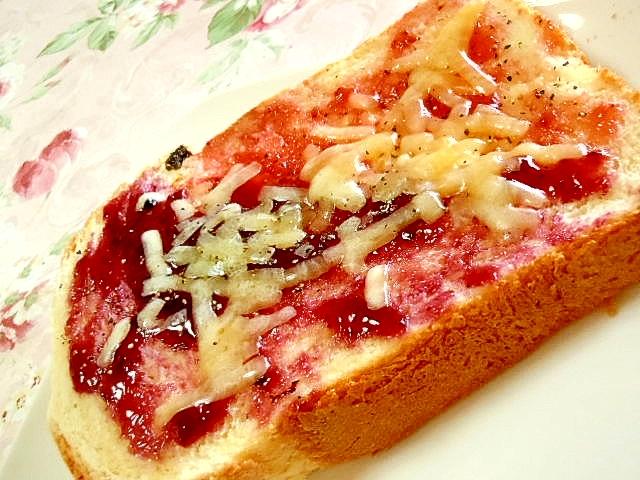 苺ジャムとブルーベリージャムのペッパートースト