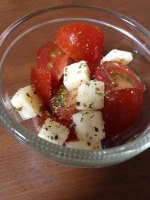 トマトとチェダーチーズのオリーブオイルサラダ