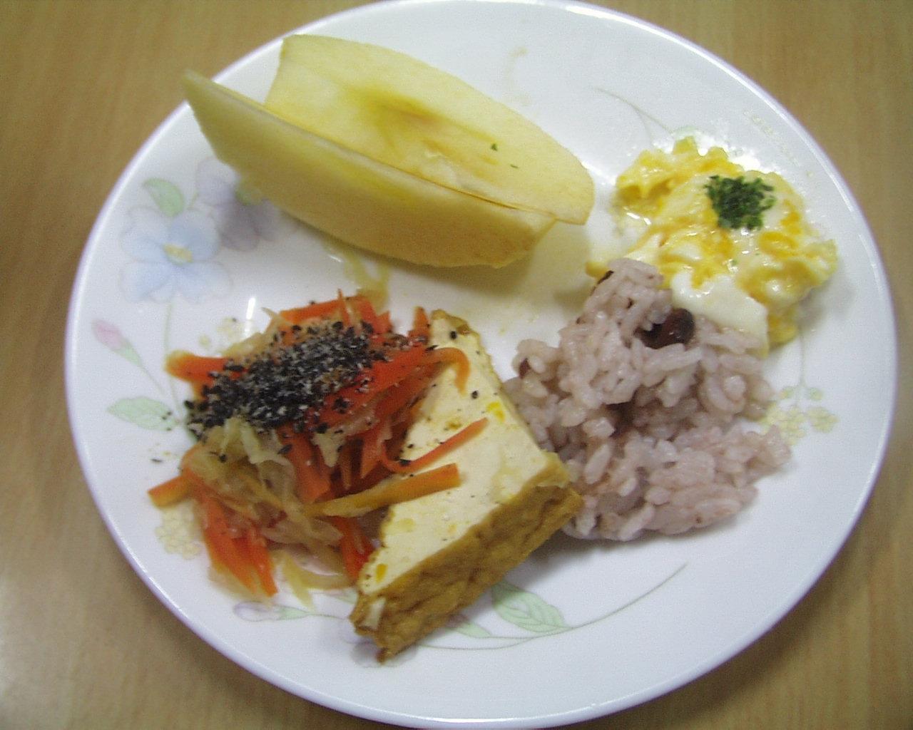 赤飯、厚揚げ、大根、にんじんの添え物