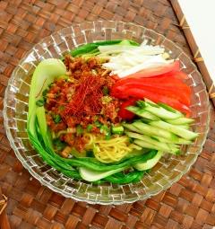 ハンバーグリメイク♪ニラと彩り野菜のジャージャー麺
