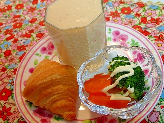 MIXジュースと温サラダとクロワッサンのワンプレ