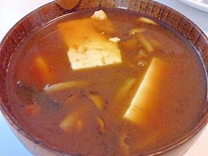 豆腐となめこの赤味噌汁