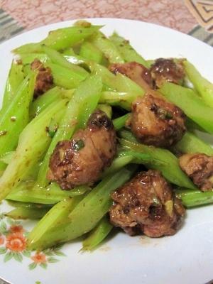 セロリと鶏レバーの炒め物(芹菜炒鶏肝)
